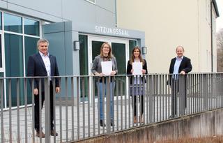 Landrat Peter Dreier und Landratsamts-Personalleiter Christian Gruber (rechts) gratulierten Anna-Theresa Klaus (2. v. r.) und Marlen Bolle zur erfolgreichen Fortbildung zur Verwaltungsfachwirtin.